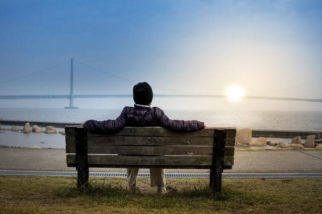Pessoa a descansar em banco ao ar livre