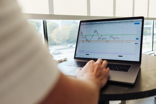 Homem a analisar gráfico de trade