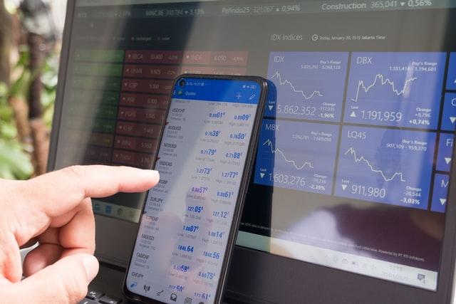 Trader a usar smartphone e portátil